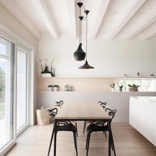 Foto di una sala da pranzo nordica con pareti bianche, parquet chiaro e pavimento beige
