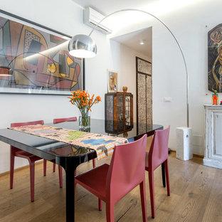 Foto di una sala da pranzo aperta verso il soggiorno boho chic di medie dimensioni con pareti bianche e pavimento in legno massello medio