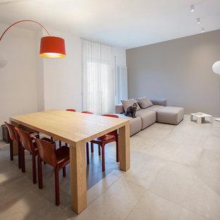 Foto di una sala da pranzo aperta verso il soggiorno contemporanea di medie dimensioni con pareti grigie, pavimento in laminato e pavimento grigio