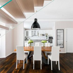 Immagine di una sala da pranzo aperta verso il soggiorno contemporanea con pareti beige, parquet scuro e pavimento marrone