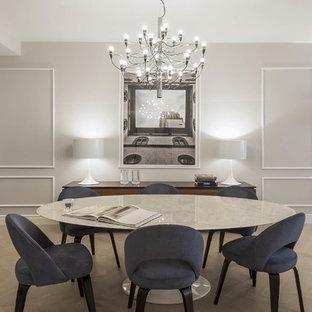 Idee per una sala da pranzo classica con pareti grigie, parquet chiaro e pavimento beige