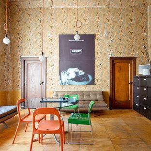 Ispirazione per una sala da pranzo boho chic chiusa e di medie dimensioni con nessun camino, pareti multicolore e pavimento in legno massello medio