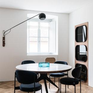 Foto di una sala da pranzo contemporanea di medie dimensioni con pareti rosse, parquet chiaro e pavimento beige
