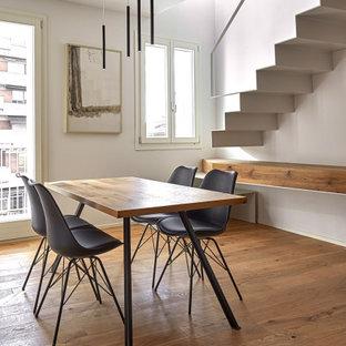Idee per una sala da pranzo aperta verso la cucina minimalista di medie dimensioni con pareti bianche, pavimento in legno massello medio e pavimento marrone