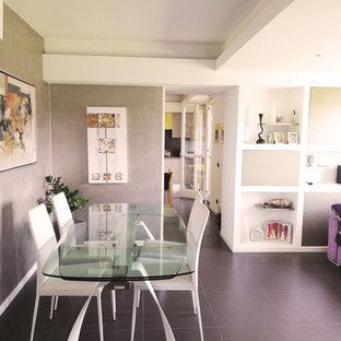 Foto di una sala da pranzo aperta verso il soggiorno design di medie dimensioni con pareti con effetto metallico, pavimento in gres porcellanato e pavimento marrone