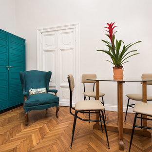 Ispirazione per una piccola sala da pranzo boho chic chiusa con pareti bianche, pavimento in legno massello medio e pavimento marrone
