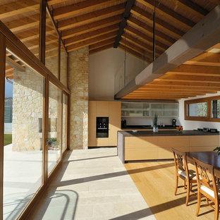 Immagine di una grande sala da pranzo design con pareti bianche, pavimento in pietra calcarea e pavimento grigio