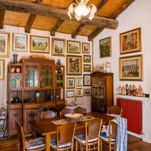 Ispirazione per una sala da pranzo boho chic con pareti bianche, parquet scuro e pavimento marrone