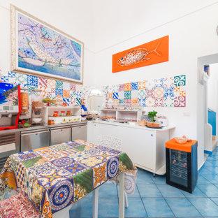 Свежая идея для дизайна: столовая среднего размера в стиле модернизм с с кухонным уголком, белыми стенами, полом из керамогранита, бирюзовым полом и сводчатым потолком - отличное фото интерьера