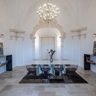 Idee per una sala da pranzo mediterranea con pareti bianche e pavimento beige
