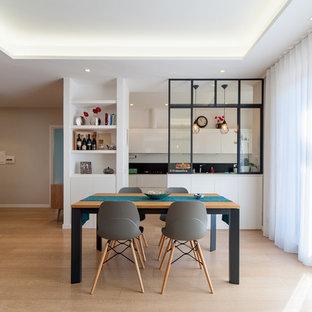 Foto di una sala da pranzo aperta verso il soggiorno design di medie dimensioni con parquet chiaro, nessun camino e pavimento beige