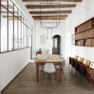 Foto di una grande sala da pranzo industriale chiusa con pareti bianche, parquet chiaro e pavimento beige