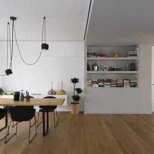 Idee per una sala da pranzo contemporanea con pavimento in legno massello medio, pareti bianche e pavimento marrone