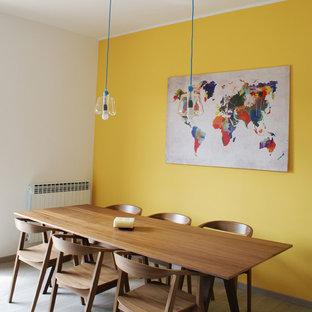 Immagine di una sala da pranzo nordica con pareti gialle e parquet chiaro