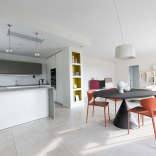 Idee per una sala da pranzo aperta verso il soggiorno contemporanea di medie dimensioni con pareti grigie, pavimento in gres porcellanato e pavimento beige