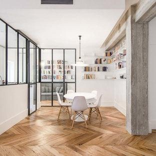 Idee per una sala da pranzo aperta verso il soggiorno contemporanea di medie dimensioni con pareti bianche, pavimento in legno massello medio, nessun camino e pavimento marrone