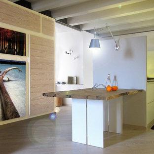 Diseño de comedor bohemio, pequeño, abierto, con paredes blancas y suelo de madera pintada