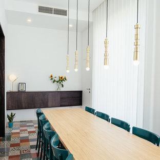 Ispirazione per una sala da pranzo contemporanea con pareti bianche e pavimento multicolore