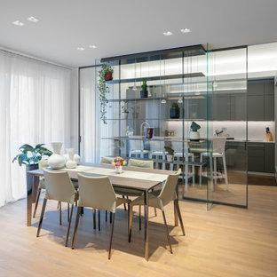 Bild på en mellanstor funkis matplats med öppen planlösning, med grå väggar och mellanmörkt trägolv