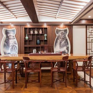 Diseño de comedor asiático, grande, con paredes blancas, suelo de madera en tonos medios y suelo multicolor