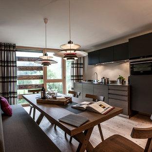 Immagine di una sala da pranzo aperta verso la cucina minimal di medie dimensioni con pavimento in legno massello medio, nessun camino, pavimento marrone e pareti beige