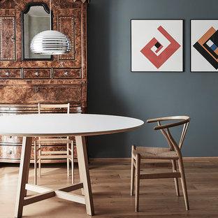 Foto di una sala da pranzo scandinava con pareti grigie, pavimento in legno massello medio e pavimento marrone