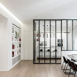 Foto di una sala da pranzo minimal con pareti bianche, parquet chiaro e pavimento beige