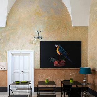 Idee per una sala da pranzo mediterranea con pareti beige, nessun camino e pavimento grigio