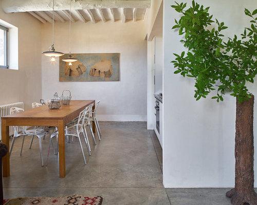 Sala da pranzo aperta verso la cucina con pareti bianche - Foto ...