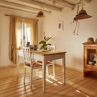 Ispirazione per una sala da pranzo country di medie dimensioni con pareti bianche, pavimento marrone e parquet chiaro