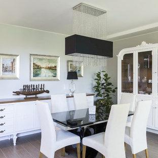 Idee per una sala da pranzo contemporanea con pareti grigie e pavimento marrone