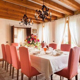 Ispirazione per una sala da pranzo classica con pareti beige, pavimento in terracotta e pavimento rosso