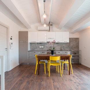 Esempio di una sala da pranzo aperta verso la cucina design di medie dimensioni con pareti bianche e parquet scuro