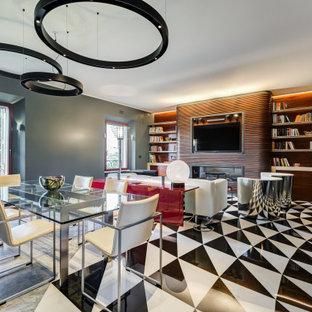 Immagine di una sala da pranzo aperta verso il soggiorno eclettica di medie dimensioni con pareti grigie, pavimento in marmo, camino lineare Ribbon, cornice del camino in legno, pavimento multicolore e boiserie