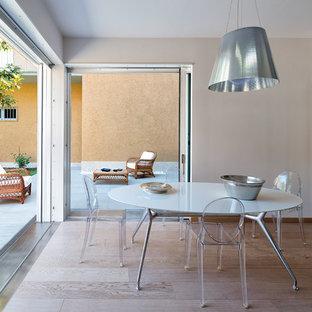 Esempio di una sala da pranzo contemporanea di medie dimensioni con pareti bianche e parquet chiaro