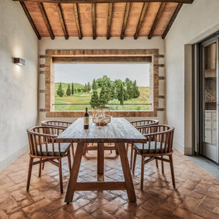 Idéer för mellanstora medelhavsstil matplatser, med beige väggar, klinkergolv i terrakotta och brunt golv