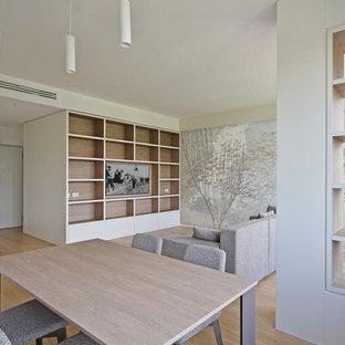 Idee per una grande sala da pranzo aperta verso il soggiorno minimal con pareti bianche, pavimento in legno massello medio, nessun camino e pavimento giallo