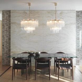 Esempio di una sala da pranzo minimal con parquet chiaro, pareti multicolore e nessun camino