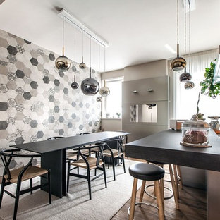 Esempio di una grande sala da pranzo aperta verso la cucina contemporanea con pareti multicolore, nessun camino, pavimento marrone e parquet scuro