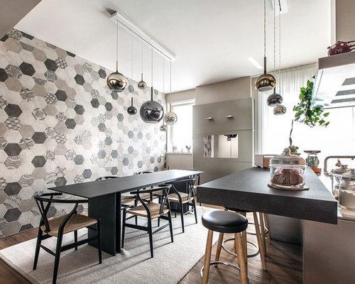 Sala da pranzo aperta verso la cucina con pareti multicolore - Foto ...