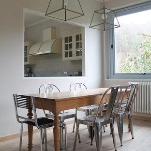 Ispirazione per una sala da pranzo aperta verso il soggiorno minimal di medie dimensioni con pareti beige e parquet chiaro