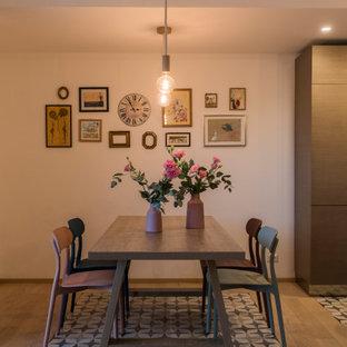 Immagine di una sala da pranzo aperta verso la cucina minimal di medie dimensioni con pareti bianche e pavimento beige