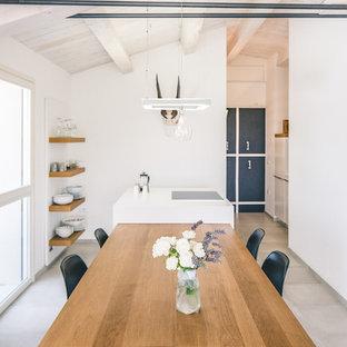 Ispirazione per una sala da pranzo aperta verso la cucina minimal con pareti bianche