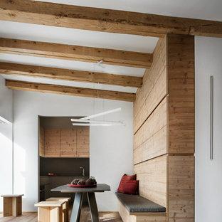 Modelo de comedor rural, sin chimenea, con paredes blancas, suelo de madera clara y suelo beige