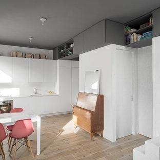 他の地域の小さい北欧スタイルのおしゃれなダイニングキッチン (白い壁、磁器タイルの床) の写真