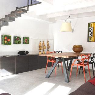 Idee per una grande sala da pranzo aperta verso il soggiorno minimal con pareti bianche, pavimento in gres porcellanato e pavimento grigio