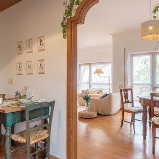 Esempio di una sala da pranzo country con pareti bianche, pavimento in terracotta, nessun camino e pavimento rosso