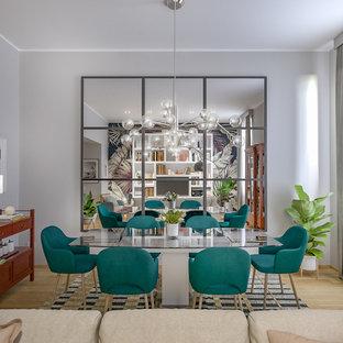 Foto di una sala da pranzo aperta verso il soggiorno contemporanea di medie dimensioni con pareti grigie, parquet chiaro e pavimento beige