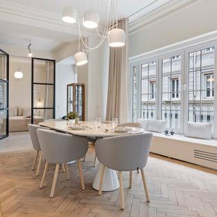 Immagine di una sala da pranzo classica chiusa con pareti bianche, pavimento in legno massello medio, nessun camino e pavimento marrone