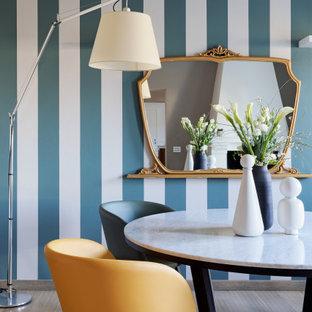 Immagine di una sala da pranzo aperta verso il soggiorno eclettica di medie dimensioni con pareti bianche, parquet chiaro, camino classico e cornice del camino in legno
